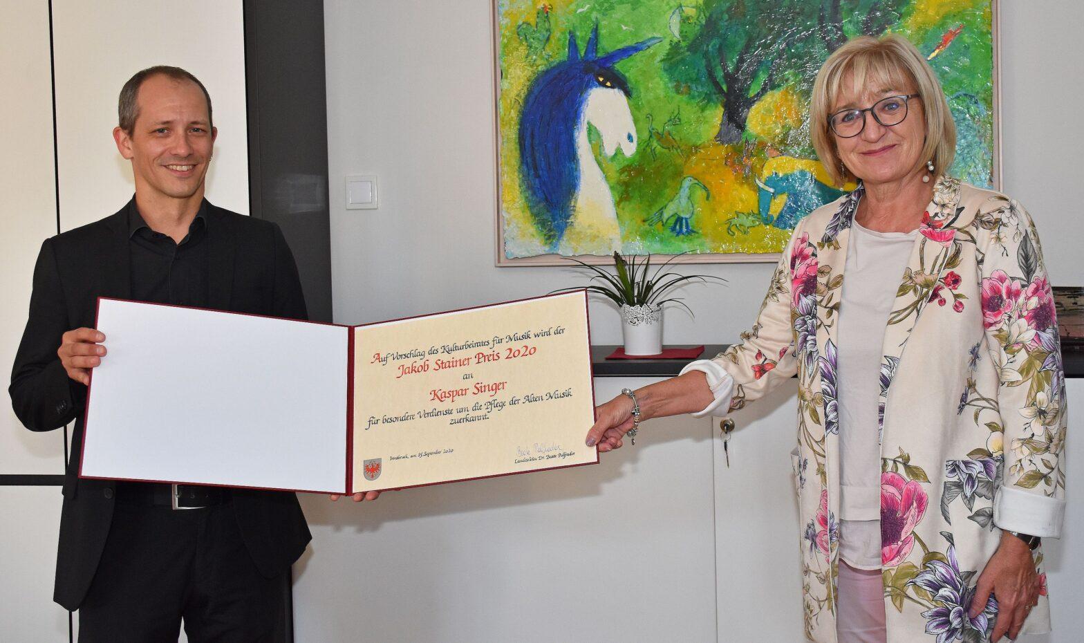 LRin Palfrader gratuliert dem Preisträger Kaspar Singer.© Land Tirol/Gratl